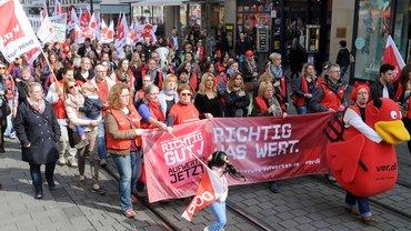 Demonstration der streikenden SuE-MitarbeiterInnen in Mannheim