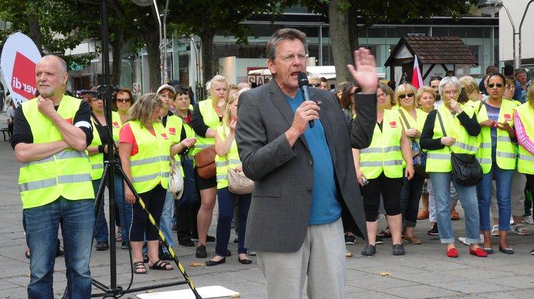 Landesfachbereichsleiter Bernhard Franke spricht
