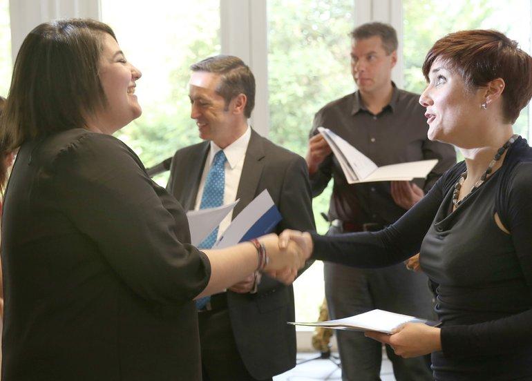 Entlassung in die Arbeitswelt: Alle freuten sich bei der Zeugnisübergabe.