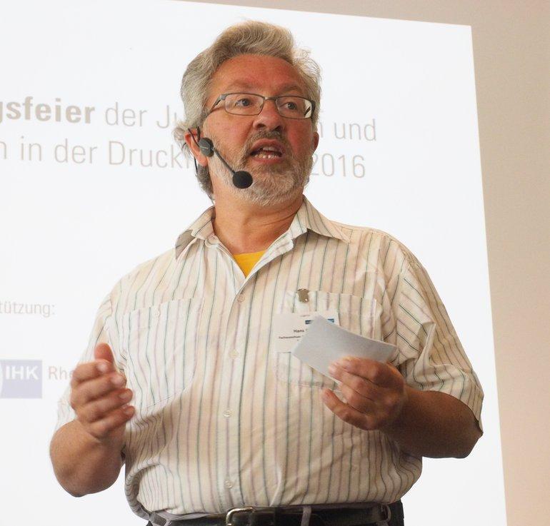 Hans Dölzer, Co-Vorsitzender des Fachausschusses, moderierte die Lossprechungsfeier.