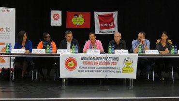 auf dem Podium v.l.n.r.: Gökay Akbulut (DIE LINKE)Patricia Okello (Der Zeitgeist ShareITY e.V.)Stefan Fulst-Blei, MdL (SPD)Susanne Wenz, Moderation (Stv. Landesleiterin, ver.di Ba-Wü)Serdar Derventli (DIDF)Florian Kußmann (FDP)Melis Sekmen (Bündnis 90/Die Grünen)