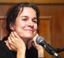 Iris Alanyali ist in Sindelfingen geboren und aufgewachsen.