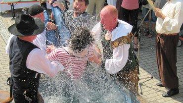 """Wassertaufe für die """"Jünger Gutenbergs"""": Auch andere können nass werden."""