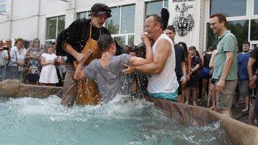 Das traditionelle Gautschen war willkommene Abkühlung bei heißem Sommerwetter.