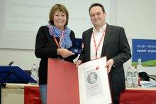 ver.di-Bezirksvorsitzende Gaby Oppenheimer erhält die Böckler-Medaille aus den Händen von DGB-Regionsgeschäftsführer Lars Treusch