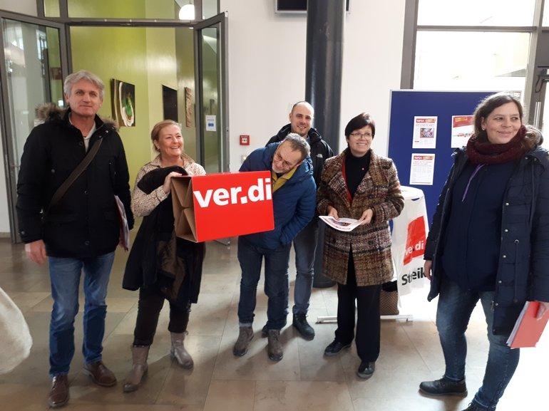 20 Kolleg*innen der Universität Mannheim nutzen eine Warnstreikaktion, um ihre Kolleg*innen bei Arbeitsplatzbesuchen und an Infoständen über die Tarifrunde der Länder zu  informieren