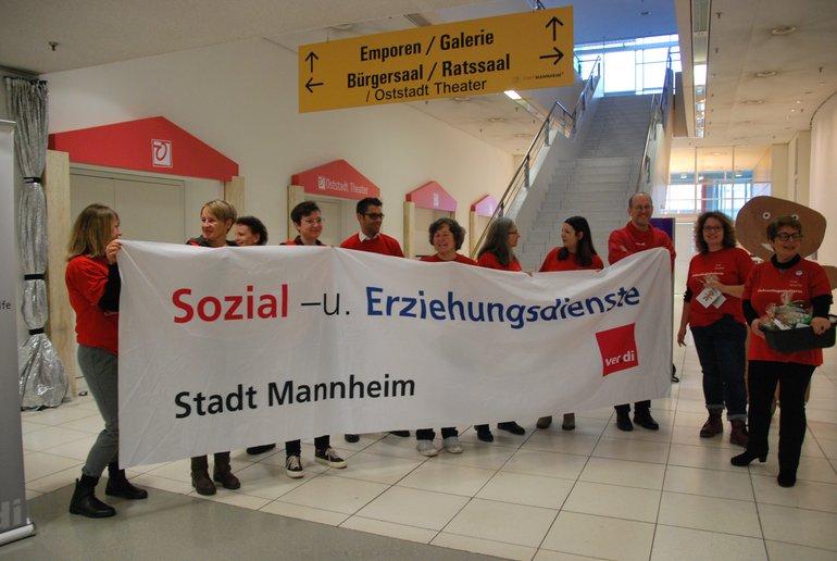 Aktion der ver.di Betriebsgruppe SKJ vor den Mannheimer Etatberatungen