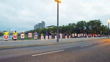 Warnstreik mit Spalier auf der Friedrich-Ebertbrücke
